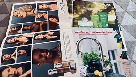 Magasiner på bord med print reklamer